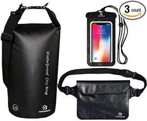 Um saco impermeável, bolsas e uma capa de telefone