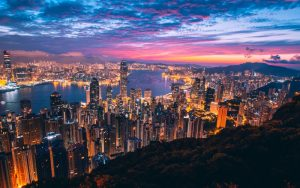 Skylines, vistas do porto e vida noturna colorida